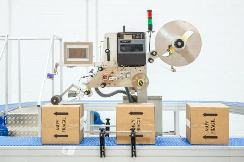 Système d'étiquetage automatique Aplimatic série B2-OEM avec imprimante - Surfaces planes avec applicateur pliable. Impression et application supérieure ou latérale